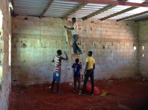 Mithilfe der Jungs bei der Elektroinstallation